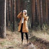Caminhante fêmea que toma a foto ao andar na floresta foto de stock royalty free