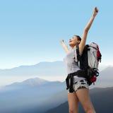 Caminhante feliz da montanha da mulher fotos de stock