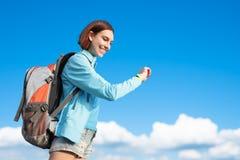 Caminhante feliz da montanha da mulher fotografia de stock