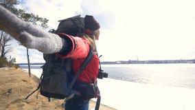 Caminhante feliz novo do turista com a trouxa que alcança acima da parte superior da montanha uccess, inspiração, ganhando, motiv vídeos de arquivo
