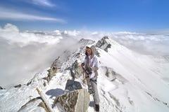 Caminhante feliz que anda nas montanhas, na liberdade e na felicidade, realização nas montanhas imagens de stock
