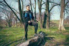 Caminhante - homem que caminha na floresta imagem de stock