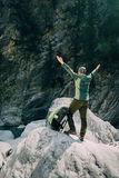 Caminhante masculino desportivo que trekking com a trouxa na floresta Imagens de Stock