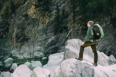 Caminhante masculino desportivo que trekking com a trouxa na floresta Fotos de Stock