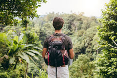 Caminhante masculino que olha a cachoeira fotografia de stock