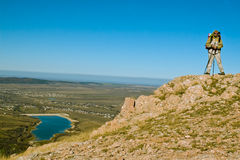 Caminhante na cimeira da montanha Imagem de Stock Royalty Free