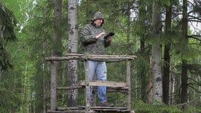 Caminhante na floresta com PC da tabuleta video estoque