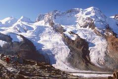 Caminhante na fuga por Gorner Geleira, Zermatt, Switzerland Fotos de Stock