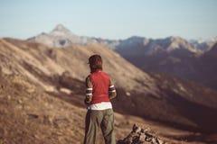 Caminhante na paisagem da montanha rochosa da alta altitude O verão aventura-se nos cumes franceses italianos, imagem tonificada fotografia de stock