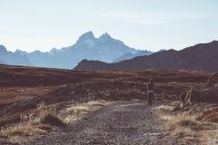 Caminhante na paisagem da montanha rochosa da alta altitude O verão aventura-se nos cumes franceses italianos, imagem tonificada imagem de stock royalty free