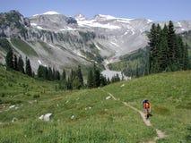 Caminhante nas montanhas imagem de stock