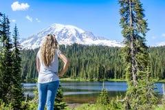 Caminhante nas montanhas que olham uma vista cênico do Monte Rainier imagem de stock