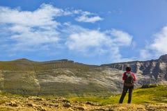 Caminhante no circo de Troumouse - montanhas de Pyrenees imagem de stock