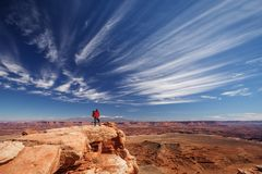 Caminhante no parque nacional de Canyonlands em Utá, EUA Imagens de Stock