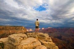 Caminhante no pico na garganta grande Fotografia de Stock