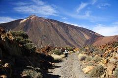 Caminhante no vulcão Fotografia de Stock Royalty Free