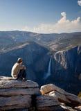 Caminhante novo que negligencia Yosemite Falls fotos de stock