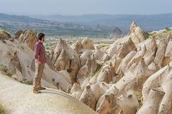 Caminhante que aprecia a paisagem maravilhosa da montanha em Cappadocia, Turquia fotos de stock