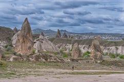 Caminhante que aprecia a paisagem maravilhosa da montanha em Cappadocia, Turquia fotografia de stock royalty free