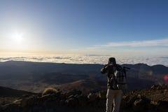 Caminhante que aprecia a vista de Pico del Teide fotografia de stock