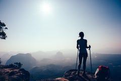 Caminhante que caminha no pico de montanha do por do sol fotos de stock