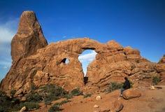 Caminhante que descansa no arco da torreta no parque nacional Moab Utá dos arcos Fotos de Stock Royalty Free