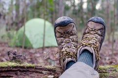 Caminhante que descansa perto de sua barraca Foto de Stock Royalty Free