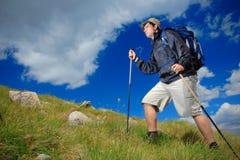 Caminhante que escala um pico Fotos de Stock Royalty Free