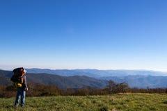 Caminhante que negligencia as montanhas apalaches fotografia de stock
