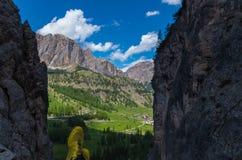 Caminhante que olha o cenário bonito, dolomites, Tirol sul, Italia Fotos de Stock