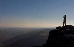 Caminhante que olha para fora sobre Dartmoor Fotos de Stock Royalty Free