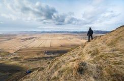 Caminhante que olha sobre uma paisagem impressionante Fotos de Stock Royalty Free