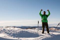 Caminhante que outstretching seus braços sobre a montanha Fotografia de Stock