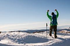 Caminhante que outstretching seus braços sobre a montanha Imagens de Stock Royalty Free