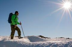 Caminhante que relaxa sobre o monte Imagens de Stock Royalty Free