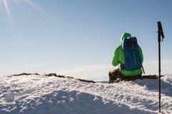 Caminhante que relaxa sobre o monte Imagens de Stock