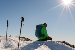 Caminhante que relaxa sobre o monte Fotografia de Stock
