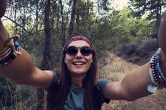 Caminhante que toma um selfie na floresta fotografia de stock royalty free