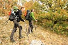 Caminhante que trekking nas montanhas foto de stock royalty free
