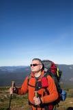 Caminhante que trekking nas montanhas Esporte e vida ativa Imagens de Stock Royalty Free