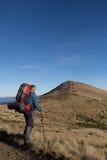 Caminhante que trekking nas montanhas Esporte e vida ativa Fotos de Stock