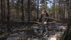 Caminhante que usa o machete na floresta filme
