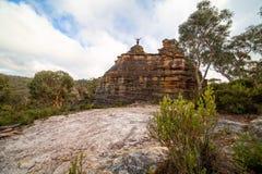 Caminhante sobre um castelo rochoso do pagode imagens de stock royalty free