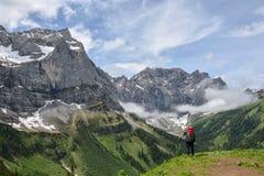 Caminhante solitário nas montanhas austríacas imagem de stock