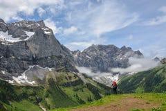 Caminhante solitário nas montanhas austríacas imagens de stock