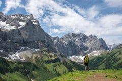 Caminhante solitário nas montanhas austríacas fotografia de stock