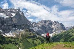 Caminhante solitário nas montanhas austríacas foto de stock royalty free