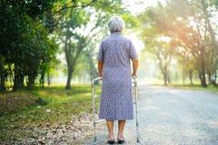 Caminhante superior ou idoso asiático do uso da senhora idosa com saúde forte ao andar no parque foto de stock royalty free