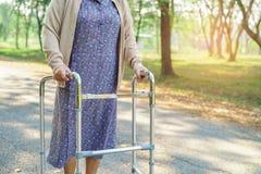 Caminhante superior ou idoso asiático do uso da senhora idosa com saúde forte ao andar no parque imagem de stock