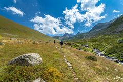 caminhantes com as grandes trouxas que caminham na montanha Kackarlar foto de stock